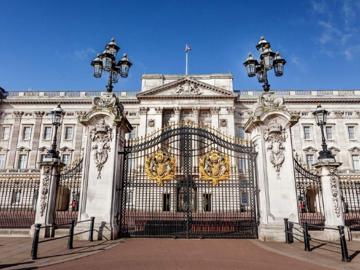 Man charged after being caught 'carrying an axe' near Buckingham Palace