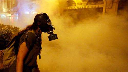 A protestor in a gas mask during clashes with police near Taksim Square June 22, 2013 (Reuters - Mark Djurica)