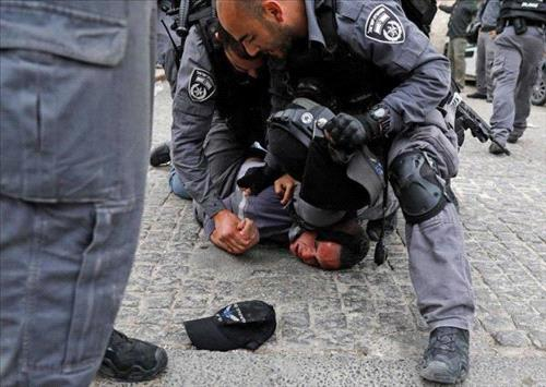 Israeli police assault worshippers in Al-Aqsa